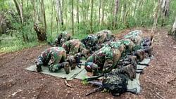 Disela Sela Latihan, Prajurit Yon Kesehatan 2 Marinir Tetap Menjalankan Ibadah