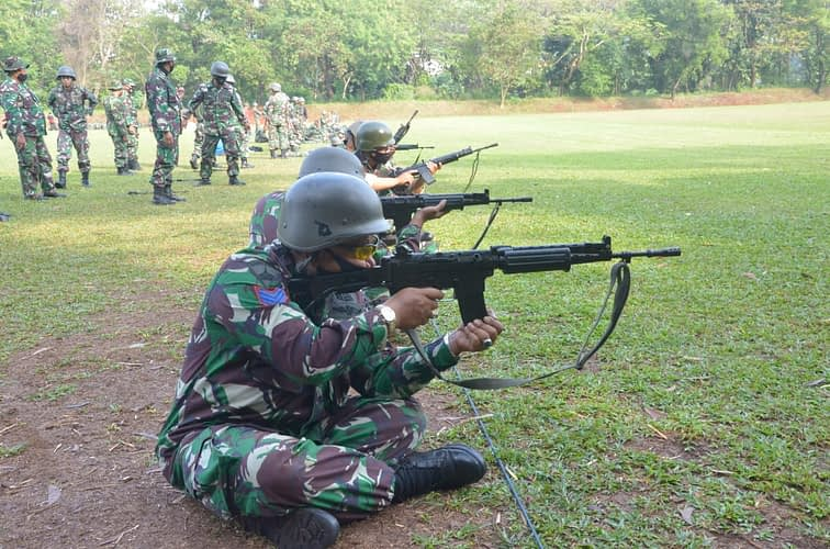 Prajurit Lanmar Jakarta Pertajam Kemampuan Menembak