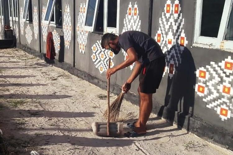 Prajurit Brigif 2 Marinir Laksanakan Pembersihan Lingkungan dan Penjemuran Kasur di Pulau Ndana