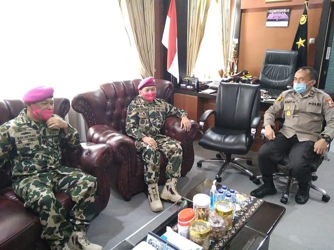 Rumkital Marinir Cilandak Mewakili Korps Marinir Beri Kejutan Ucapan Ulang Tahun Bhayangkara ke 74 di RS Bhayangkara Jakarta Timur