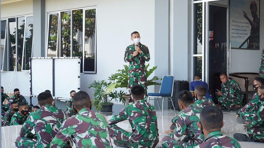 Danmenart 1 Marinir Berikan Jam Komandan Kepada Prajurit Tidur Dalam