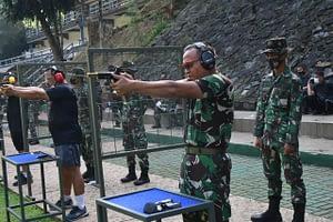 Dankormar dan Pejabat Utama Korps Marinir Rutin Latihan Tembak