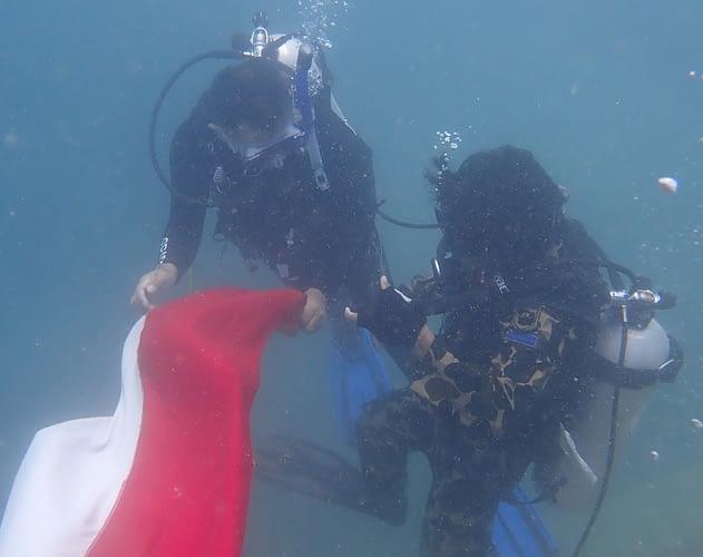 Sambut HUT ke 75 Kemerdekaan RI, Satgas Kompi Komposit Natuna Kibarkan Bendera Merah Putih di Bawah Laut