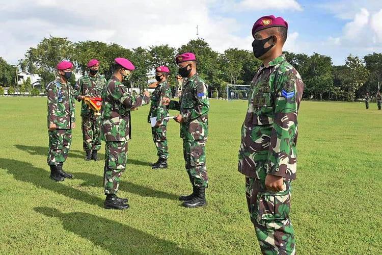 Komandan Yonif 5 Mar Berikan Reward Prajuritnya yang Berprestasi