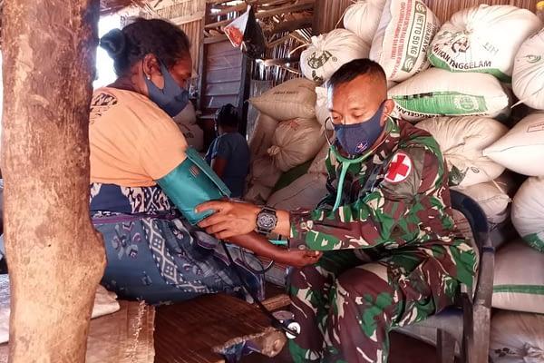 Satgas Pamtas Yonarmed 6/3 Kostrad Door To Door Beri Layanan Kesehatan dan Edukasi Warga Patuhi Prokes