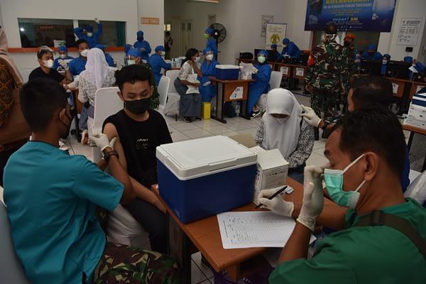 Warga Antusias Datangi Serbuan Vaksinasi TNI AU dan Kemenhub di PPI Curug