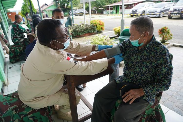 Purnawirawan, Istri, dan Warakawuri TNI AD di Wilayah Manokwari Papua Barat Mulai Divaksin AstraZeneca
