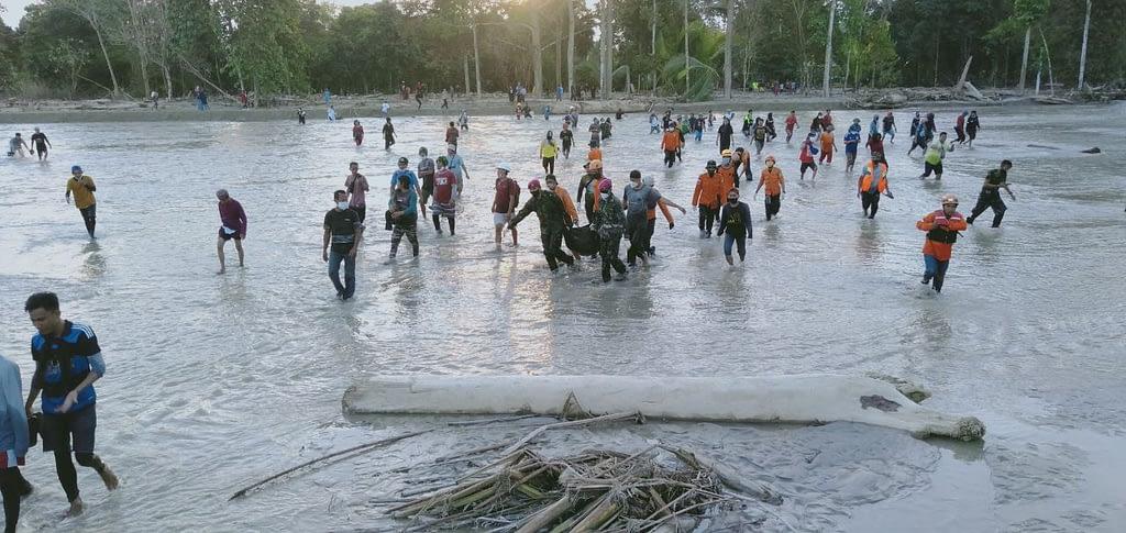 Prajurit Marinir Evakuasi Jenazah Korban Banjir Bandang di Luwu Utara