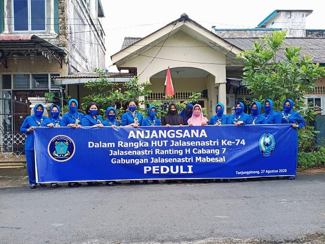 Peringati HUT Jalasenastri ke 74 Pengurus  Jalasenastri RSAL Midiyanto adakan Anjangsana dan Bansos
