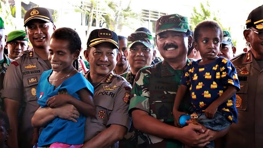 Panglima TNI Tinjau Posko Pengungsi Korban Bencana Banjir di Sentani