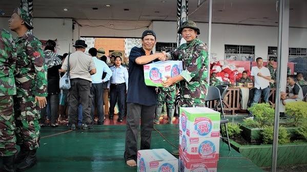 Yonmarhanlan X Jayapura Serahkan Bantuan Sembako Kepada Korban Banjir Bandang Dan Tanah Longsor