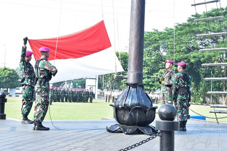 Prajurit Mako Marinir Laksanakan Upacara Bendera Tujuh Belasan