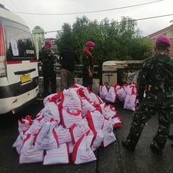 Marinir Salurkan Bantuan Sembako Presiden Kepada Korban Banjir di Banjar