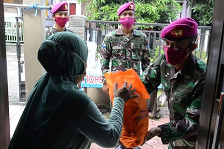 Komandan Batalyon Howitzer 2 Marinir Pimpin Aksi Sosial Pembagian Sembako Kepada Masyarakat Terdampak Covid-19