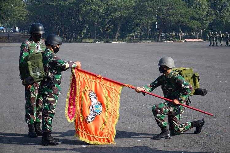 Penyerahan Thropy dan Hadiah Sebagai Batalyon Unggul Batalyon Howitzer 2 Marinir Raih Peringkat Pertama