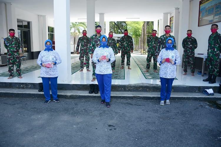 Ketua Ranting C Cabang 1 Korcab Pasmar 2 Bersama Pengurus Membagikan Alat Pelindung Diri(APD) kepada Prajurit Marinir Yonmarhanlan VI Makassar.