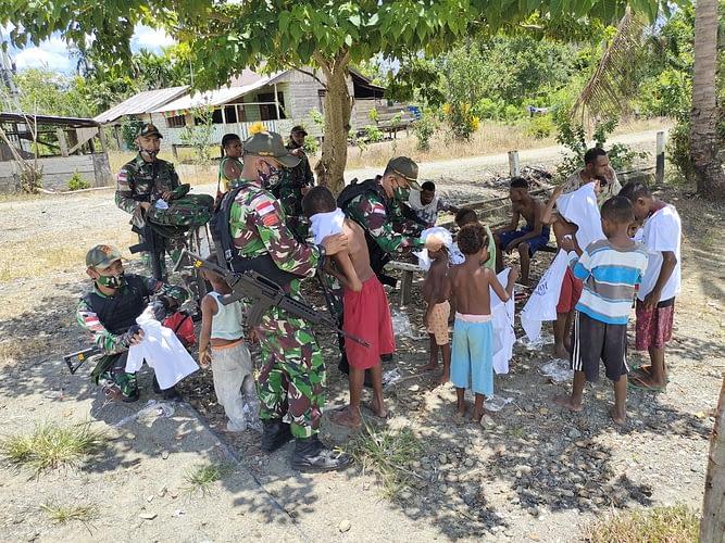 Bagikan Kaos Jam Gadang Kepada Warga Papua, Satgas Yonif 131 Eratkan Bhinneka Tunggal Ika