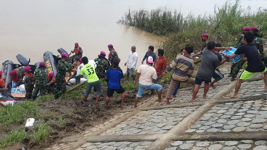 Hari ke-4 Bencana Banjir Marinir TNI AL Distribusikan Sembako