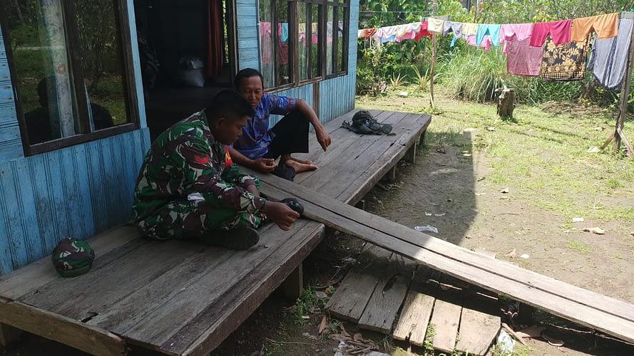 Anggota Satgas TMMD Jalin Keakraban Bersama Warga