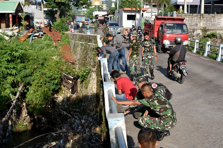 Kegiatan Karya Bakti Pasmar 2 Bersama Warga Wujud Kemanunggalan TNI Dengan Rakyat