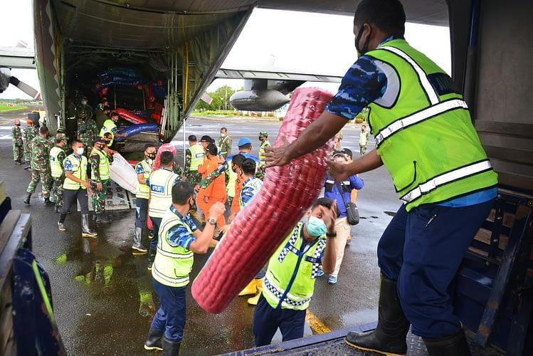 Pesawat TNI AU, Angkut Personel juga Bantuan Logistik ke Banjarmasin dan Mamuju.