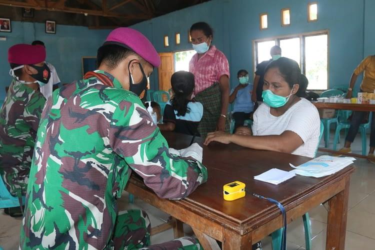 Tim Media Korps Marinir Bekerjasama dengan Puskesmas Waikupang Bantu Korban Banjir Bandang NTT