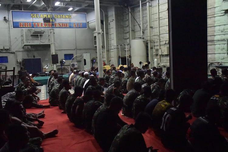 Diatas Geladak Heli KRI Pasukan Pendarat marinir Sambut Bulan Ramadhan 1442 H dengan Doa dan Tarawih Bersama