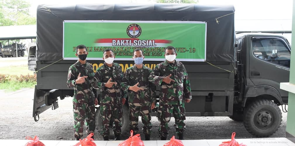 Abituren Akmil 1997 di Kodam XVIII/Kasuari Bagi Sembako Kepada Warga Terdampak Covid-19