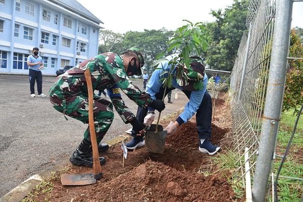 Pertahankan Identitas Sebagai Paru-paru Kota, Lanud Halim Tanam Pohon Buah dan Pohon Pelindung