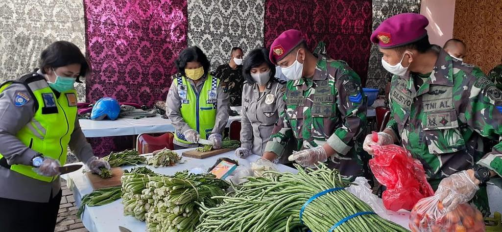 Peduli Terhadap Warga, Prajurit Yonbekpal 2 Marinir Bersama Polri Gelar Dapur Umum Siaga Covid-19 di Surabaya