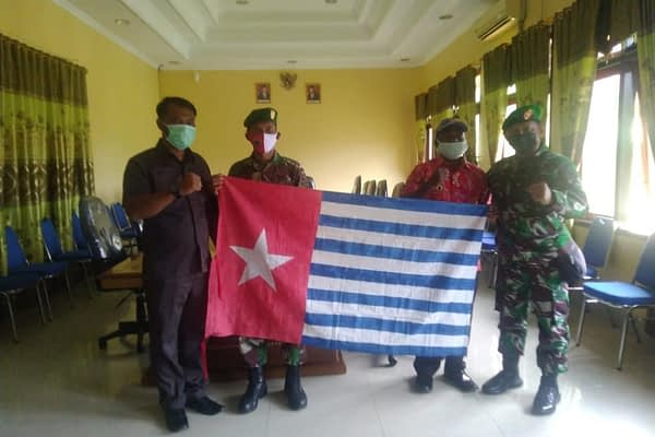 Cinta NKRI, Yunias Menti Serahkan Bendera Bintang Kejora di Hadapan Danrem 182