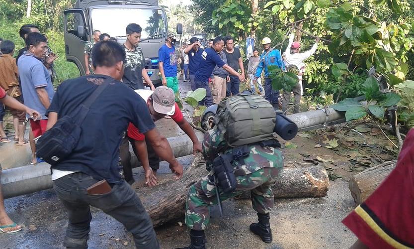Prajurit Yonif 9 Mar Brigif 4 Mar/BS bersama masyarakat  gotong royong membersihkan Akses jalan pasca longsor