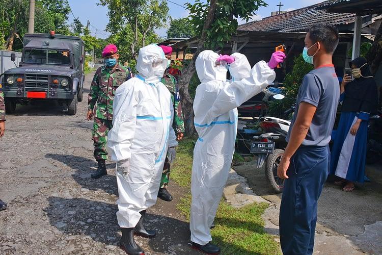 Antisipasi Penyebaran Virus Corona, Warga Rumdis Brigif 2 Marinir Melaksanakan Pemeriksaan Suhu Badan