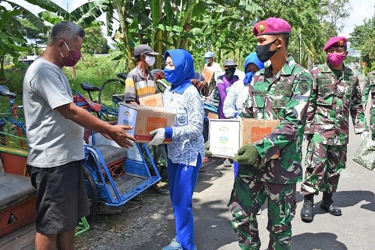 Komandan Batalyon Arhanud 2 Marinir Pimpin  Aksi Sosial Pembagian Sembako Kepada Masyarakat Terdampak  Covod-19