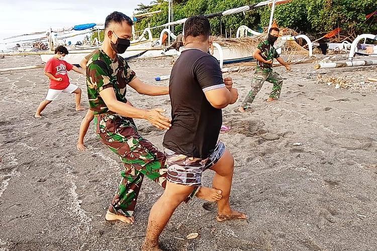 Prajurit Korps Marinir Laksanakan Binpotmar di Pesisir Pantai Lombok Utara, Nusa Tenggara Barat