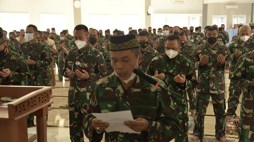 Korps Marinir TNI AL Gelar Sholat Ghaib dan Doa Untuk 53 Awai KRI Nanggala-402