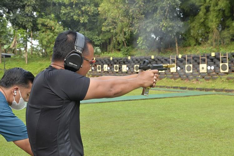 Meningkatkan Profesionalitas, Dankormar dan Pejabat Utama Mako Kormar Latihan Menembak Pistol