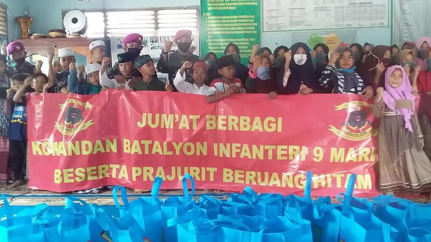 Batalyon Infanteri 9 Marinir melaksanakan kegiatan Jum'at Berbagi di Lembaga Kesejahteraan Sosial Anak (LKSA) Panti Asuhan Sholawat Falah.