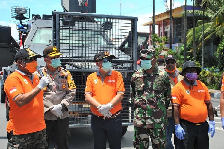 Minimalisir Tingkat Penyebaran Covid-19 di Papua Barat, Pangdam XVIII/Kasuari Ikuti Gerakan Penyemprotan Disinfektan