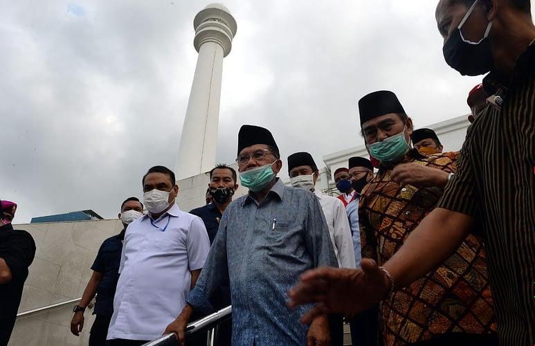 Marinir Semprotkan Cairan Disinfektan di Mesjid Agung Al-Azhar dipantau Ketua Dewan Mesjid Indonesia dan Ketua ICMI