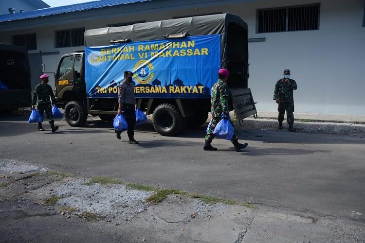 Yonmarhanlan  VI Makassar Bersama Prajurit TNI Polri Melaksanakan Pembagian Sembako  kepada Masyarakat