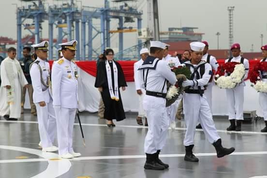 Mengenag Pertempuran Laut Aru, TNI AU Gelar Tabur Bunga di KRI Banda Aceh