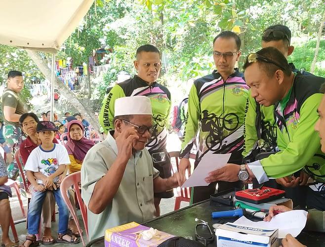Peduli Terhadap Kesehatan Masyarakat Pesisir, Prajurit Menbanpur 2 Mar Gelar Pengobatan Dan Bagi Kacamata Gratis