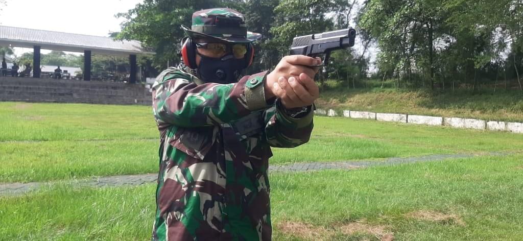 Asah Ketrampilan, Danmenbanpur 2 Mar Pimpin Latihan Menembak Pistol
