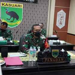 Kodam XVIII/Kasuari Ikuti Vicon Dengan Mabes TNI Tentang Pelaksanaan PPKM Mikro dan Program Vaksinasi Nasional