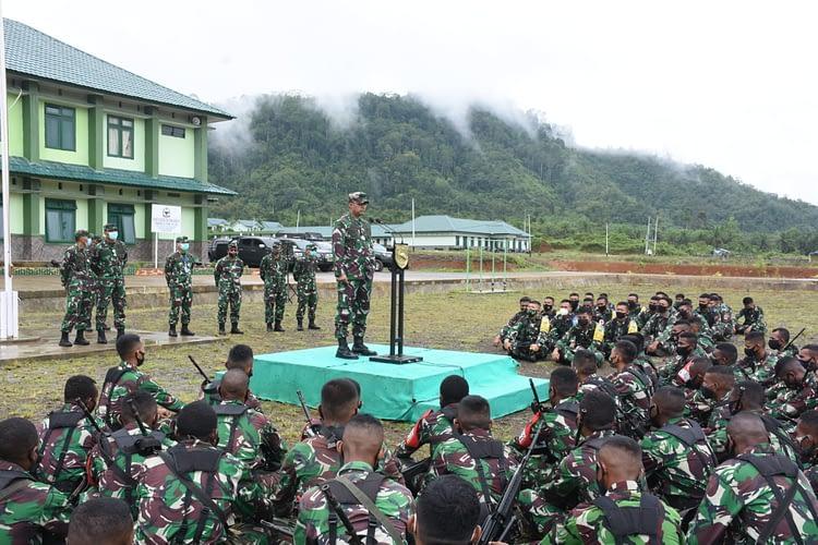 Kasdam XVIII/Kasuari Buka Latihan MTT OLI Yonif 761/KA