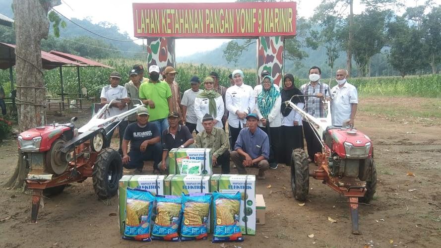 Petani Binaan Yonif 9 Marinir Menerima Batuan Benih Padi dan Peminjaman Alsitan (Alat Mesin Pertanian) dari Dinas Pertanian Provinsi Lampung