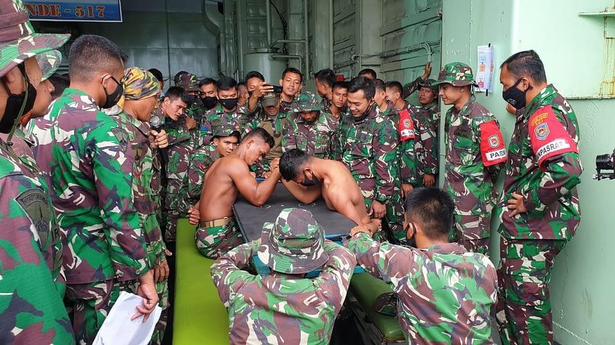 """""""Adu Panco"""" Hibur Prajurit Marinir Usai Latihan Pendaratan Amfibi 2021"""