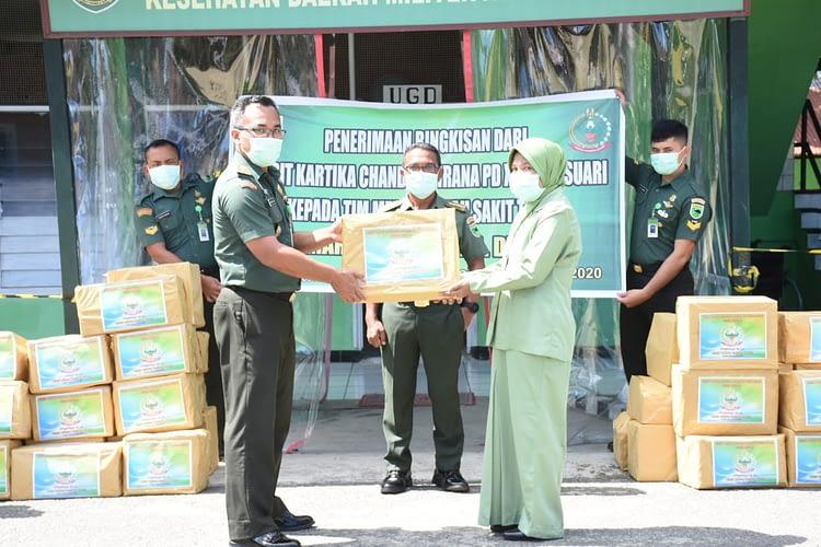 Peringati Hari Jadi Persit dan Peduli Penanganan Covid-19, Persit KCK PD XVIII/Kasuari Sumbangkan Bingkisan ke Rumah Sakit.