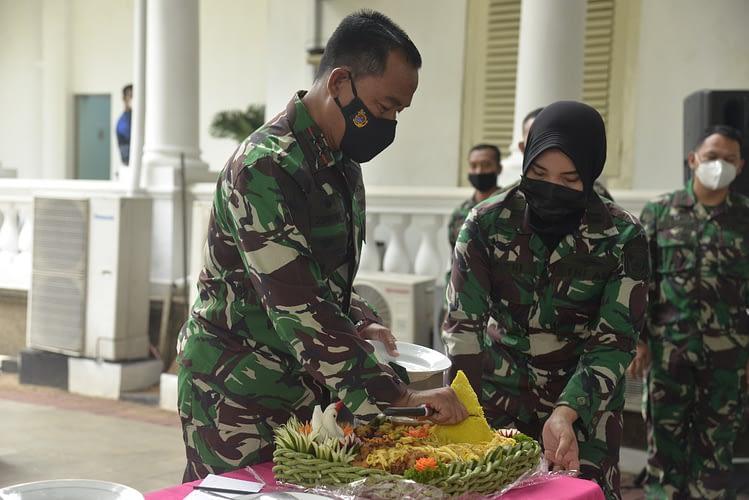 Dankormar Terima Kenaikan Pangkat 6 Pamen Korps Marinir